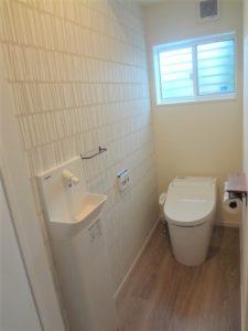 アクセントクロスとおしゃれインテリアの1階トイレ
