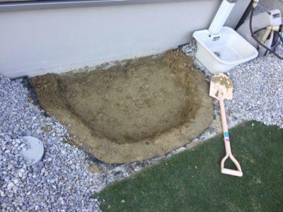 砂場を作る位置に穴を掘る|レンガ砂場DIYの記録