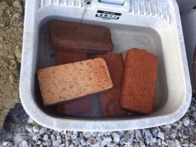 モルタルを使用する前にレンガをよく濡らす|レンガ砂場DIYの記録
