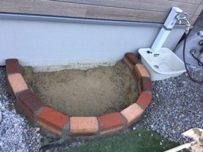 モルタルでレンガを2段積む|レンガ砂場DIYの記録