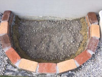 砂場の底に砕石を敷く|レンガ砂場DIYの記録
