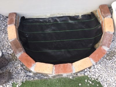 砂場の底に防草シートをはる|レンガ砂場DIYの記録
